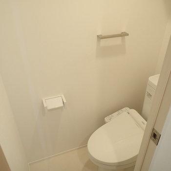 トイレは清潔感ある白で統一。