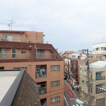 西の窓からは、街の奥行きが感じられます。