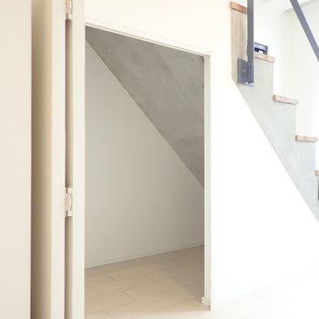 秘密の部屋のような収納が、階段下にひとつ。