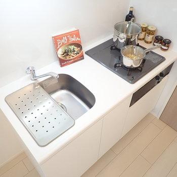 便利な水切りトレーは、調理スペースとして代用できます。*写真の家具はサンプルです*