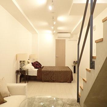 奥行きある洋室、ベッドとソファをおいてもまだまだ余裕が。*写真の家具はサンプルです*