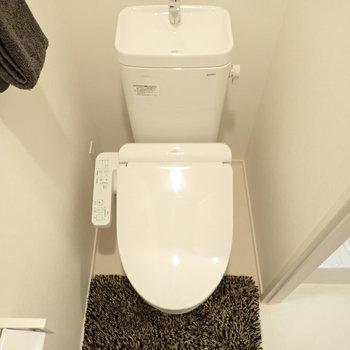 トイレは清潔感ある白で統一。*写真の家具はサンプルです*