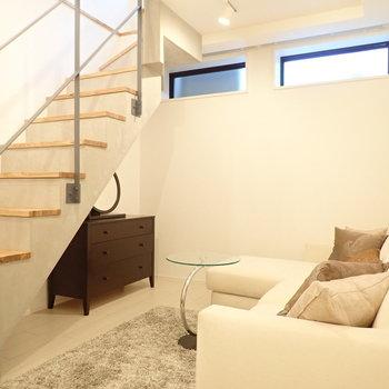 窓からは地上の光が漏れてきます。*写真の家具はサンプルです*