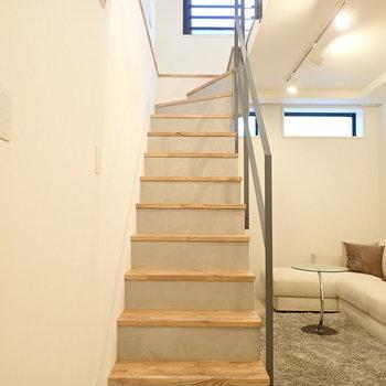 では階段の上へ。*写真の家具はサンプルです*