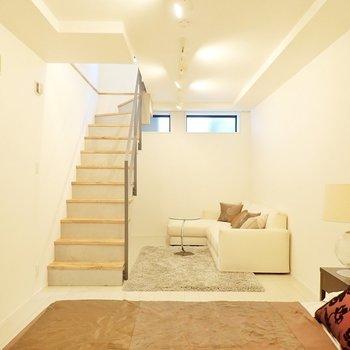まずは階下の洋室から。*写真の家具はサンプルです*