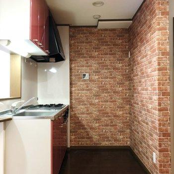 キッチンの壁は煉瓦柄で雰囲気があります※写真はクリーニング前のものです