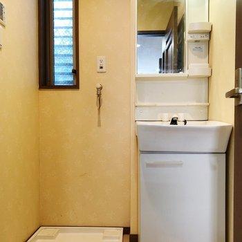 脱衣所からすぐにお風呂場へ※写真はクリーニング前のものです