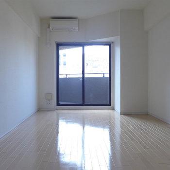 西向きの洋室!夕焼け小焼け♪※写真は10階の同間取り別部屋のものです