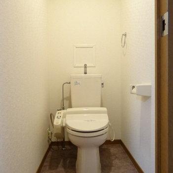トイレはウォシュレット付き〜!広さもある!(※写真は別棟1階の反転間取り、モデルルームのものです)