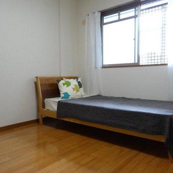 家族みんなで眠る大きなベッドも置けそう!(※写真は別棟1階の反転間取り、モデルルームのものです)