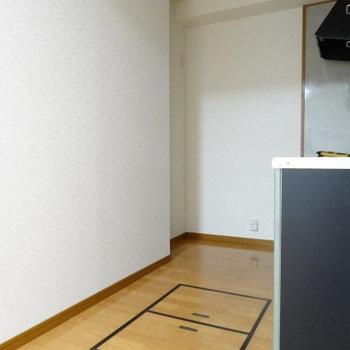後ろに冷蔵庫置けます◎床の扉は…?(※写真は別棟1階の反転間取り、モデルルームのものです)