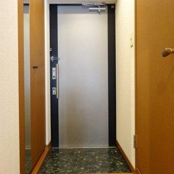 玄関も広々。姿見も嬉しい◎(※写真は別棟1階の反転間取り、モデルルームのものです)