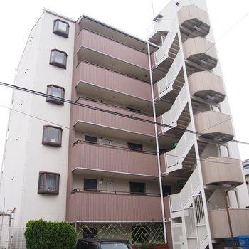閑静な住宅街の中にあるマンションです