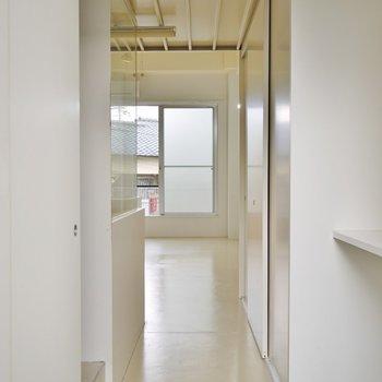 玄関横には、物置があります。※写真は205号室のもの