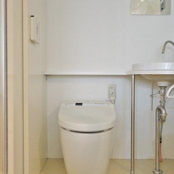 横には、ウォシュレット付きのトイレ。※写真は205号室のもの