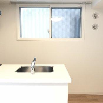 明るいシステムキッチンです※写真は同間取り別部屋です