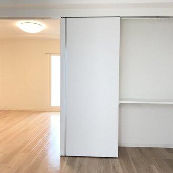 寝室にちょうどいい洋室は扉の裏に隠れ収納※写真は同間取り別部屋です