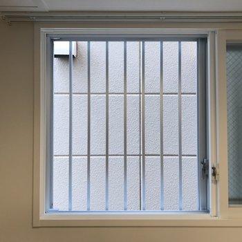 キッチンに窓があると換気できていいですね!眺望は×です※写真は同間取り別部屋です