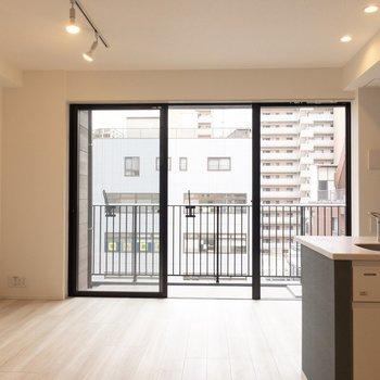 【LDK】窓がおおきい〜※写真は7階の同間取り別部屋のものです