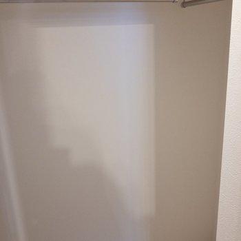 【洋室】クローゼットです。容量大きめ。※写真は7階の同間取り別部屋のものです