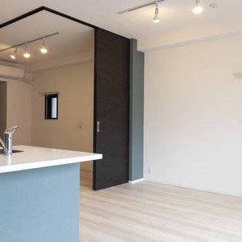 【LDK】照明はライティングレールです。※写真は7階の同間取り別部屋のものです