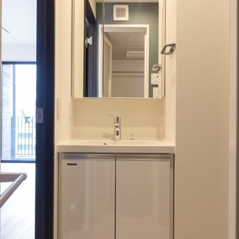 独立洗面台は鏡の中が収納になっています※写真は7階の同間取り別部屋のものです