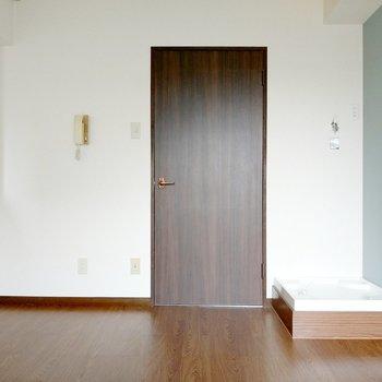 お部屋の中に洗濯機置き場。生活感が出ないデザインのものがよさそう。