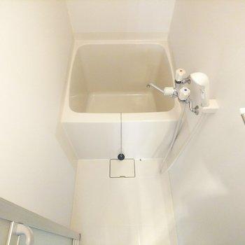 浴槽はコンパクトです。