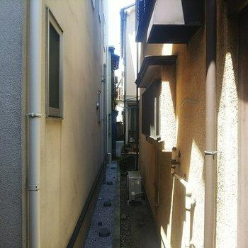 こちらが窓からの眺め。住宅に囲まれているのも秘密基地感を演出します。
