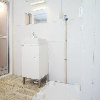 洗濯機置き場と洗面台が隣り合う便利な配置。