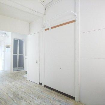 手前の扉がトイレ、奥の扉がお風呂です。