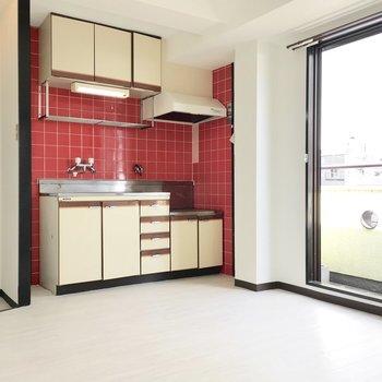 真っ赤なタイルのキッチンが目を引きます。