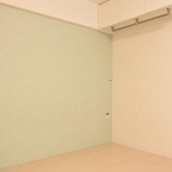ミントグリーンの壁紙がさわやか(※写真は3階の同間取り別部屋のものです)