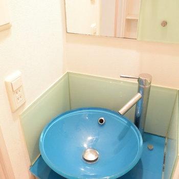 きれいなブルーの洗面台!(※写真は3階の同間取り別部屋のものです)