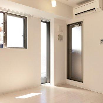 バルコニーへはエアコン下のドアから。