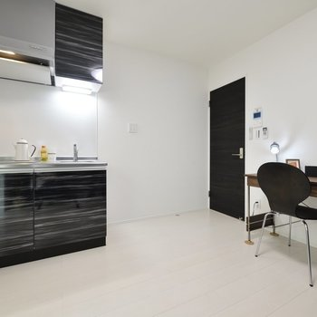 シックなキッチンがポイントに。※写真は3階の反転間取り別部屋のものです