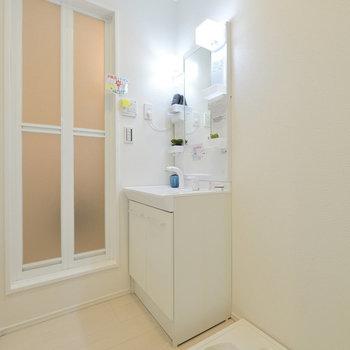 脱衣所には洗面台と洗濯機置場が。※写真は3階の反転間取り別部屋のものです