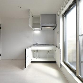 キッチンはこちらに。シンプルなワンルームです。※写真は3階の反転間取り別部屋のものです