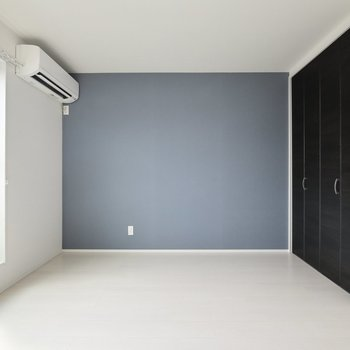 白基調の中にブルーが映える◎※写真は3階の反転間取り別部屋のものです