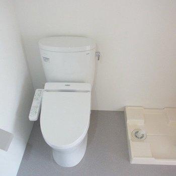 お手洗いの隣には洗濯機置き場が※写真は3階の同間取り別部屋のものです