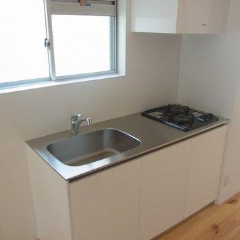 キッチンは上にも収納あります※写真は3階の同間取り別部屋のものです