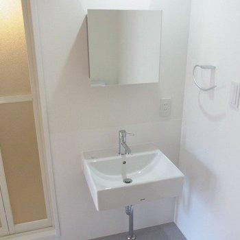 独立洗面台。コンパクトでおしゃれ。※写真は3階の同間取り別部屋のものです