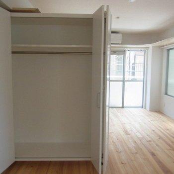クローゼットは開けるとこんな感じ※写真は3階の同間取り別部屋のものです