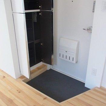 玄関、シューズボックスも大容量※写真は3階の同間取り別部屋のものです