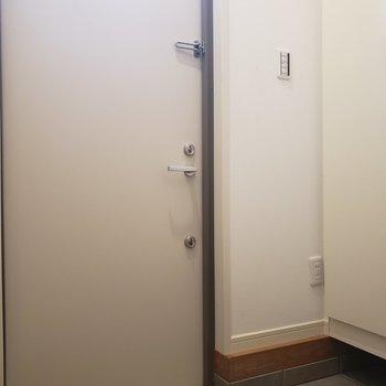玄関も明るいんです。