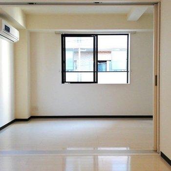 仕切りをあけて、広いリビングにも!※写真は3階の同間取り別部屋のものです