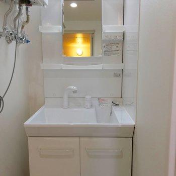 独立洗面台はライト付きです!