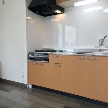 元気なオレンジ色のキッチン!