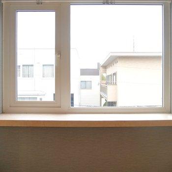 窓辺に植物を置いて〜♪