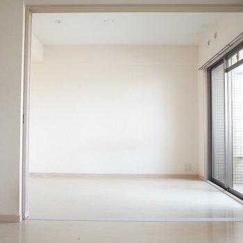 開けると光がよく差し込む~※写真は7階の反転間取り別部屋のものです